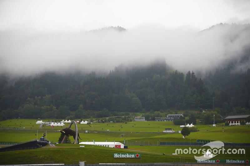 La nube baja y la niebla sobre las colinas y las cimas de las montañas alrededor del Red Bull Ring