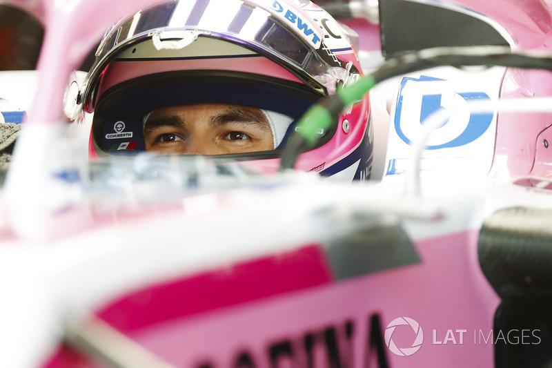 Sergio Perez, Force India, nell'abitacolo della sua monoposto con la visiera alzata