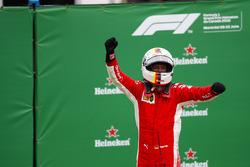 Sebastian Vettel, Ferrari, viert de overwinning in parc ferme
