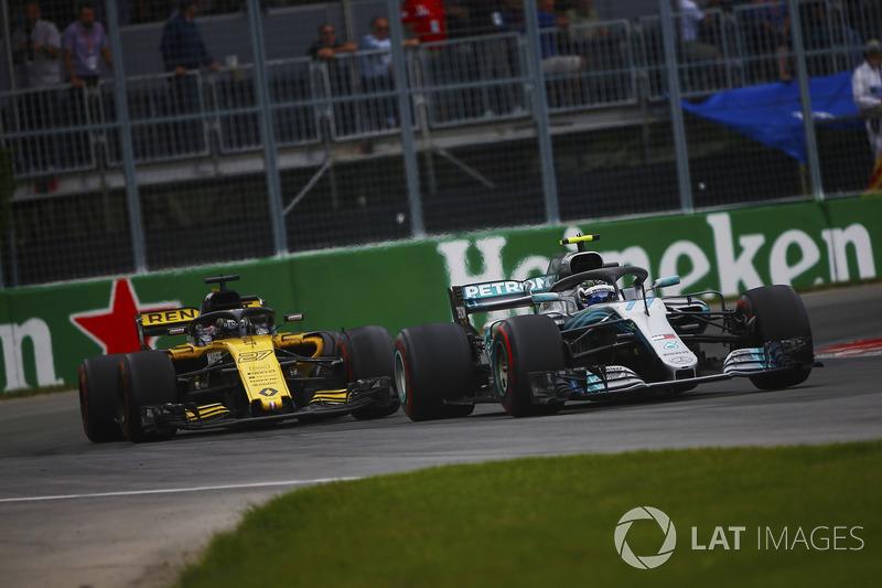 Valtteri Bottas, Mercedes AMG F1 W09, devant Carlos Sainz Jr., Renault Sport F1 Team R.S. 18