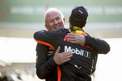 Helmut Markko, Consultant, Red Bull Racing, félicite le vainqueur Daniel Ricciardo, Red Bull Racing