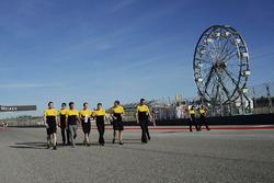 Carlos Sainz Jr., Renault Sport F1 Team op het circuit met het team