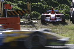 El Ferrari 248F1 averiado de Michael Schumacher y por delante de él pasa un Renault