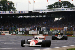 Alain Prost, McLaren MP4/2B, devant Ayrton Senna, Lotus 95T