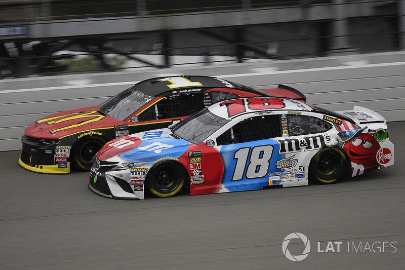 Kyle Busch, Joe Gibbs Racing, Toyota Camry M&M's Red White & Blue e Jamie McMurray, Chip Ganassi Racing