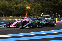 Valtteri Bottas, Mercedes-AMG F1 W09 and Sergio Perez, Force India VJM11 battle