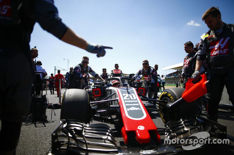 Kevin Magnussen, Haas F1 Team VF-18, arrive sur la grille