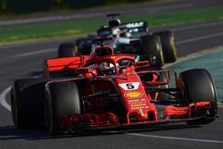 Sebastian Vettel, Ferrari SF71H, Lewis Hamilton, Mercedes AMG F1 W09