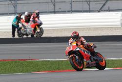 Marc Marquez, Repsol Honda Team, y al fondo Dovizioso tras caerse