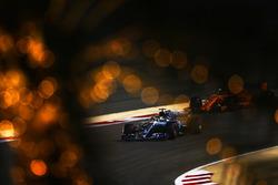 Льюис Хэмилтон, Mercedes AMG F1 W09, и Стоффель Вандорн, McLaren MCL33