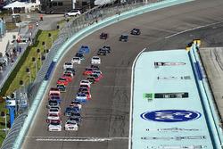 Start: Tyler Reddick, Chip Ganassi Racing Chevrolet, Cole Custer, Stewart-Haas Racing Ford lider
