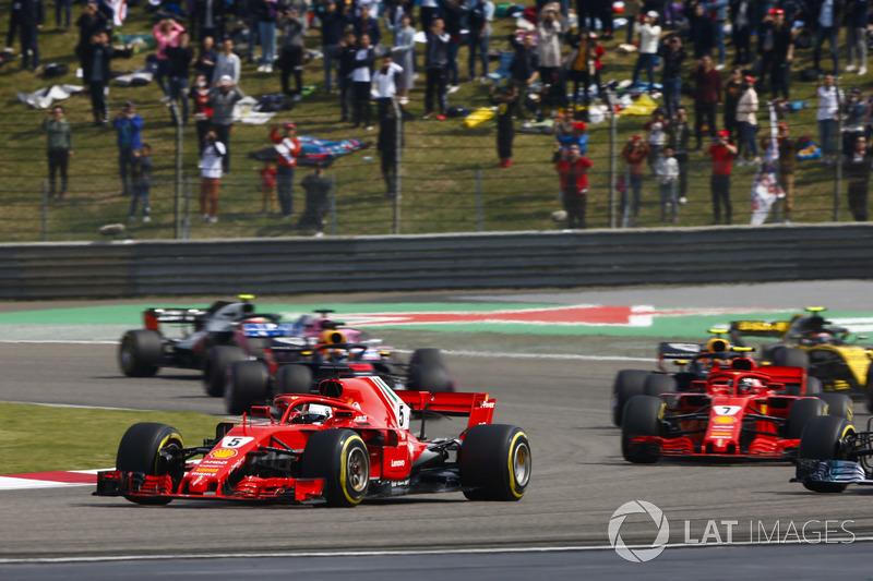 Sebastian Vettel, Ferrari SF71H, Valtteri Bottas, Mercedes AMG F1 W09, Kimi Raikkonen, Ferrari SF71H, Max Verstappen, Red Bull Racing RB14 Tag Heuer, e il resto del gruppo