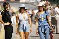 Il manager del team Lotus Peter Warr, accanto a Nina Rindt e una sua amica, in pitlane
