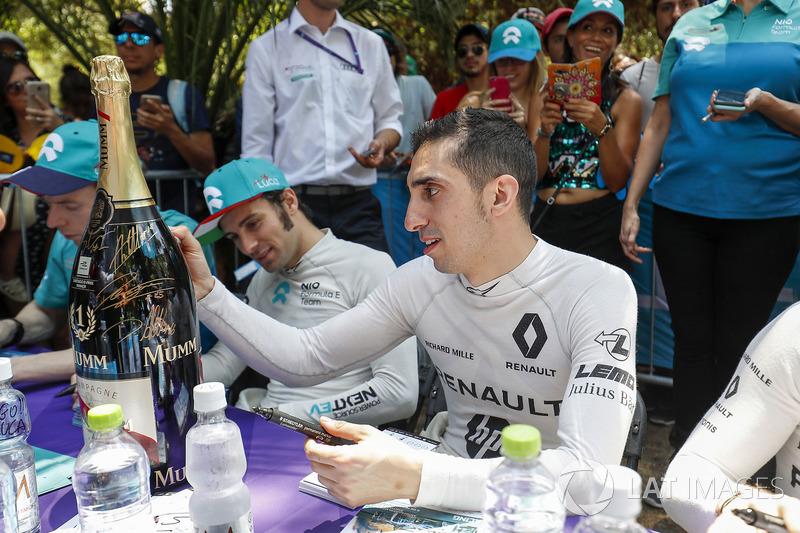 Sébastien Buemi, Renault e.Dams signs the winner's bottle of Mumm Champagne