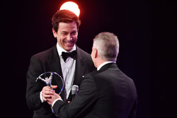 Mick Doohanentrega el Laureus a Toto Wolff, Mercedes AMG F1
