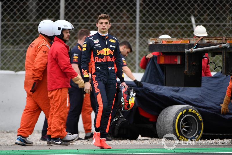 Max Verstappen, Red Bull Racing rientra a piedi ai box dopo essere finito nella ghiaia in testacoda