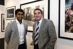Nigel Mansell et Karun Chandhok sur le stand LAT Images