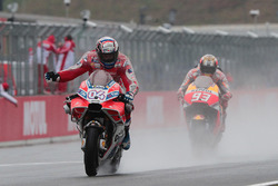 Le vainqueur Andrea Dovizioso, Ducati Team, le deuxième, Marc Marquez, Repsol Honda Team