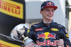 Max Verstappen, Red Bull Racing, 1° classificato, festeggia sul podio con il trofeo