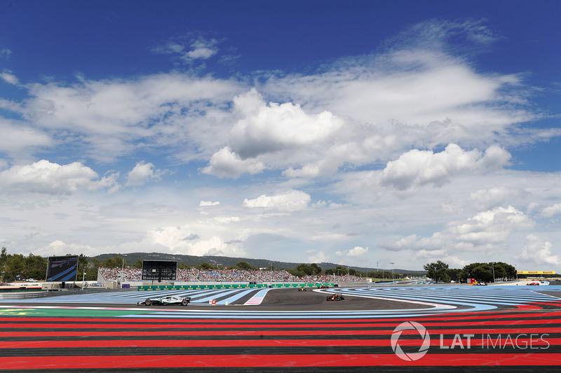 Lewis Hamilton, Mercedes AMG F1 W09, precede Max Verstappen, Red Bull Racing RB14, Carlos Sainz Jr., Renault Sport F1 Team R.S. 18, e Daniel Ricciardo, Red Bull Racing RB14