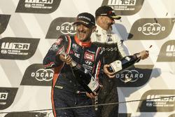 Podio: ganador de la carrera Gabriele Tarquini, BRC Racing Team Hyundai i30 N TCR, Yvan Muller, YMR Hyundai i30 N TCR