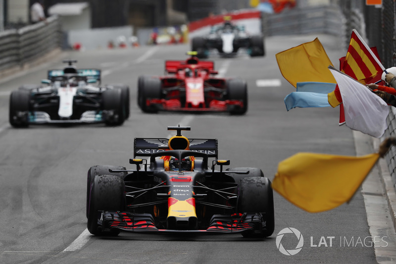 Victor Daniel Ricciardo, Red Bull Racing RB14, is greeted by marshals waving flags, ahead of Lewis Hamilton, Mercedes AMG F1 W09 and Kimi Raikkonen, Ferrari SF71H