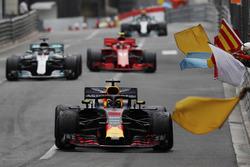 Victor Daniel Ricciardo, Red Bull Racing RB14, is greeted by marshals waving flags, ahead of Lewis Hamilton, Mercedes AMG F1 W09 and Kimi Raikkonen, Ferrari SF71H