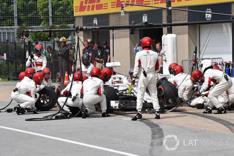 Charles Leclerc, Sauber C37, hace un pit stop