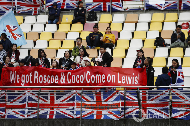 Chinese fans show their support for Lewis Hamilton, Mercedes AMG F1
