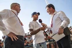 Lewis Hamilton, Mercedes-AMG F1 met Ross Brawn, Formula One Managing Director of Motorsports en James Allen