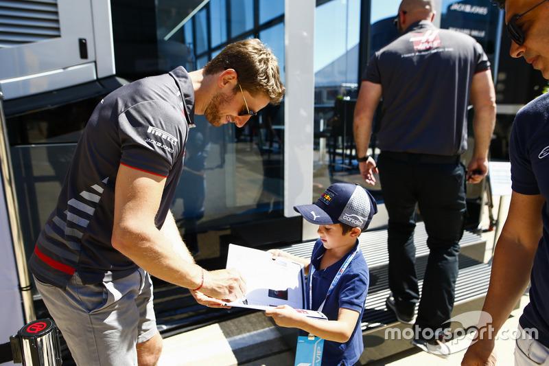 Romain Grosjean, Haas F1 Team, firma un autografo a un giovane tifoso