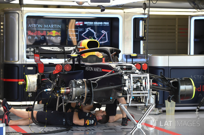 Red Bull Racing RB14 в боксах