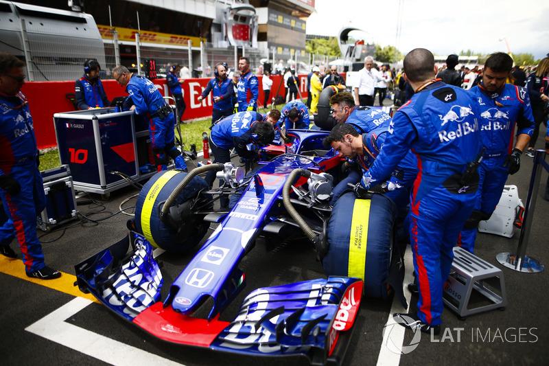Ingegneri Toro Rosso in griglia con la monoposto di Pierre Gasly, Toro Rosso STR13