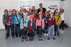 Jean Todt, presidente de la FIA, y Chase Carey, presidente de Formula Uno, con niños de la red