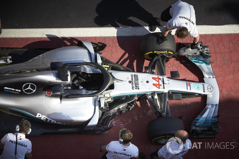 Ingenieros con el coche de Lewis Hamilton, Mercedes AMG F1 W09