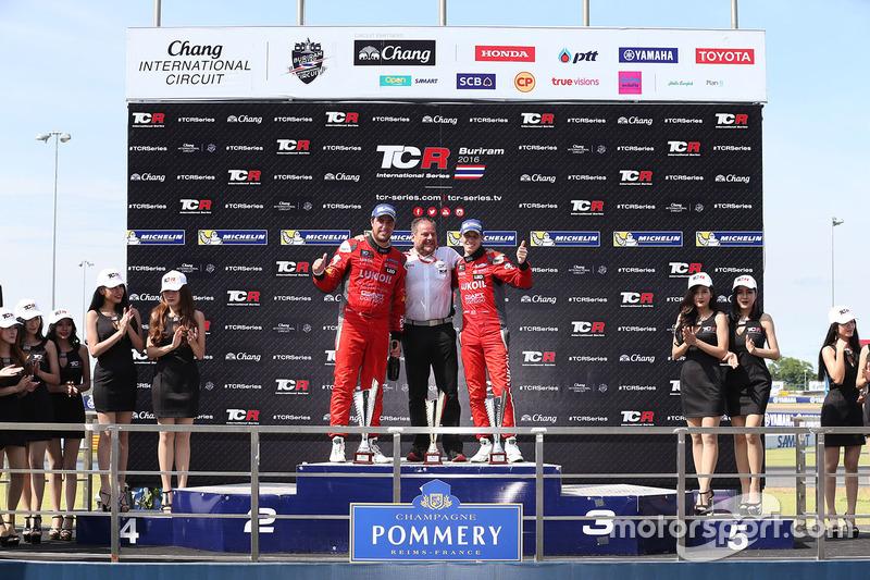 Podium: winner Pepe Oriola, SEAT Leon, Team Craft-Bamboo LUKOIL, second place James Nash, Team Craft-Bamboo, SEAT León TCR, third Gianni Morbidelli, Honda Civic TCR, West Coast Racing