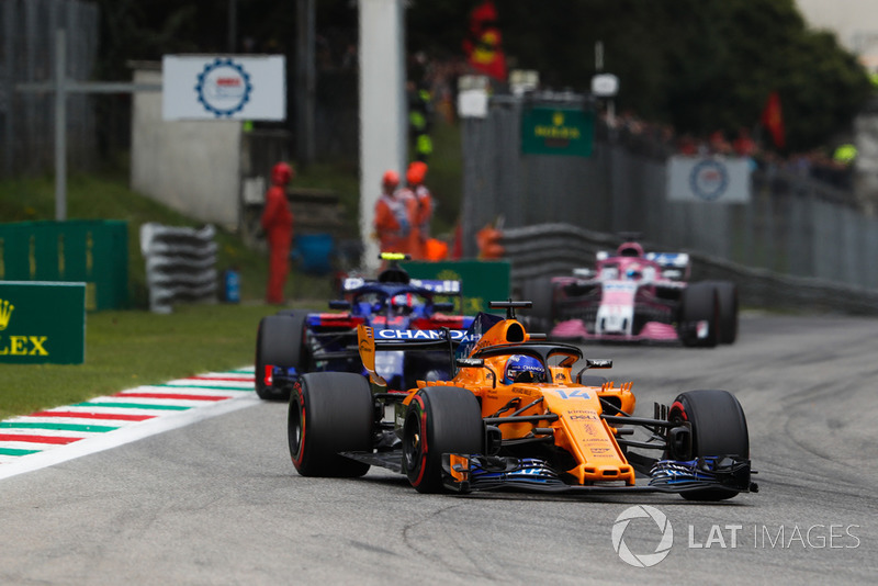 Fernando Alonso, McLaren MCL33, di depan Pierre Gasly, Toro Rosso STR13, dan Sergio Perez, Racing Point Force India VJM11