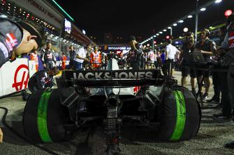 La monoposto di Romain Grosjean, Haas F1 Team VF-18, in griglia di partenza