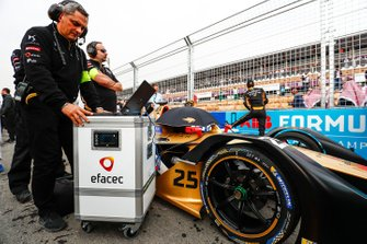 Engineers make final checks to Jean-Eric Vergne car, DS TECHEETAH, DS E-Tense FE19