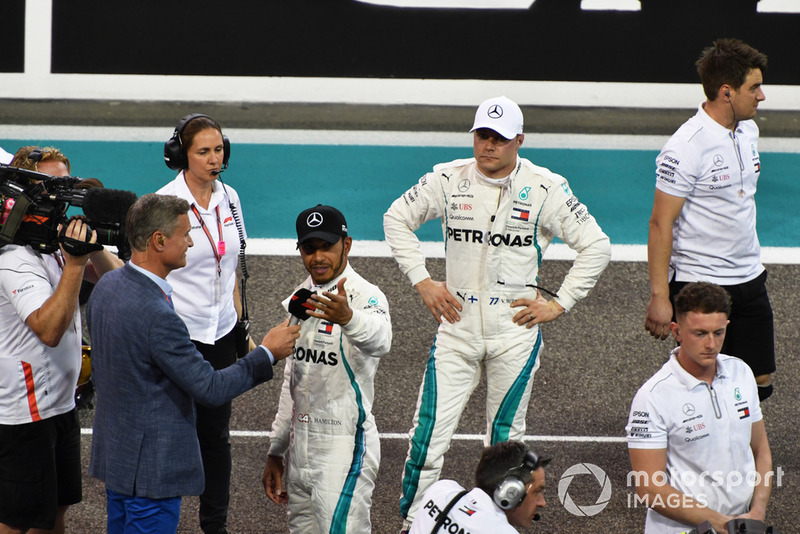 Il poleman Lewis Hamilton, Mercedes AMG F1 parla con David Coulthard, Channel 4 F1 in Parc Ferme