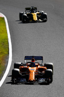 Fernando Alonso, McLaren MCL33, leads Nico Hulkenberg, Renault Sport F1 Team R.S. 18
