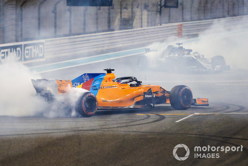 Fernando Alonso, McLaren MCL33, e Lewis Hamilton, Mercedes AMG F1 W09 EQ Power+, eseguono dei donuts alla fine della gara