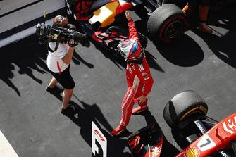 Kimi Raikkonen, Ferrari SF71H, celebra después de ganar la carrera