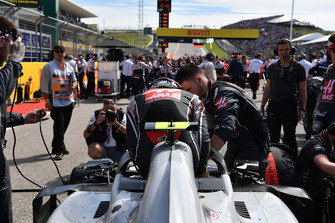 Kevin Magnussen, Haas F1 Team VF-18, in griglia di partenza