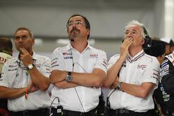 Rob Leupen, Team Manager, Toyota Gazoo Racing, reacción desués de que el #9 se retira con Hugues de Chaunac