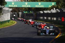 Lewis Hamilton, Mercedes AMG F1 W08, voor Sebastian Vettel, Ferrari SF70H, Valtteri Bottas, Mercedes AMG F1 W08, Kimi Raikkonen, Ferrari SF70H, Max Verstappen, Red Bull Racing RB13