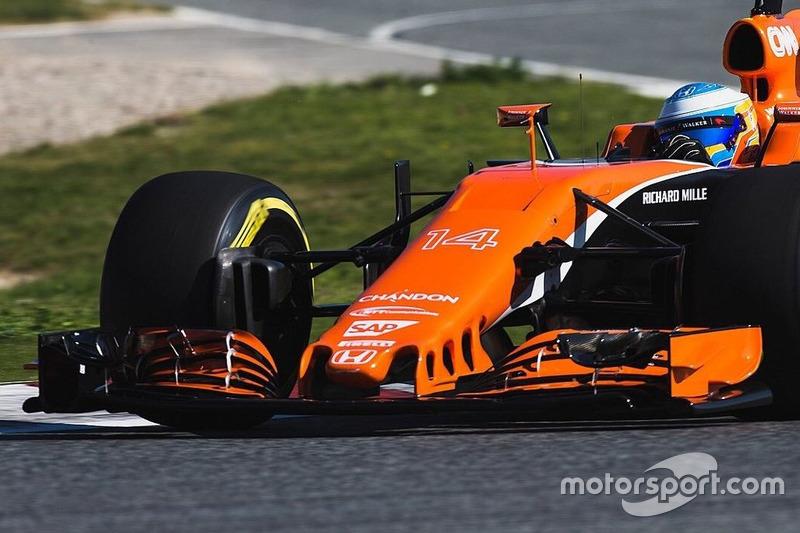 Переднее антикрыло на машине McLaren MCL32
