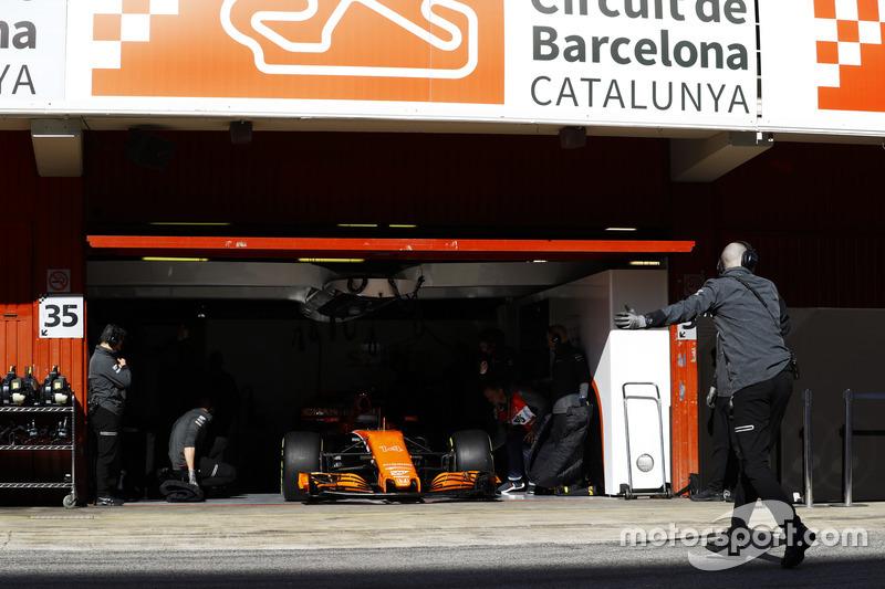 La puerta de garaje de McLaren se levanta para que Fernando Alonso, McLaren MCL32 entre en el pit lane