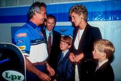 Флавіо Бріаторе (Benetton) показує Принцессі Діані та Принцу Гаррі бокси команди