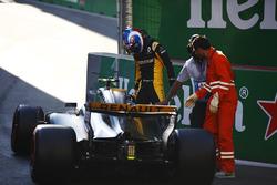 Jolyon Palmer, Renault Sport F1 Team, exits his crashed car